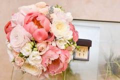 Ramalhete bonito incrível e alianças de casamento da noiva fotografia de stock royalty free