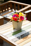 Ramalhete bonito na tabela fotografia de stock