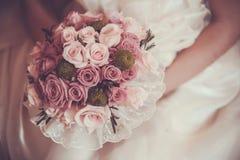 Ramalhete bonito nas mãos da noiva Imagem de Stock Royalty Free