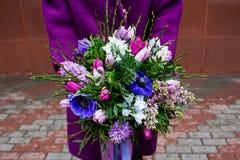 Ramalhete bonito nas mãos fêmeas Imagem de Stock Royalty Free