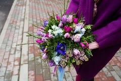 Ramalhete bonito nas mãos fêmeas Fotografia de Stock Royalty Free