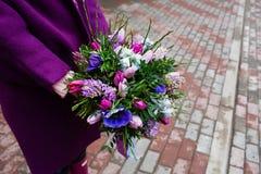 Ramalhete bonito nas mãos fêmeas Fotos de Stock Royalty Free
