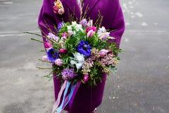 Ramalhete bonito nas mãos fêmeas Fotografia de Stock