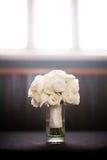 Ramalhete branco das flores que sentam-se em um vaso Foto de Stock Royalty Free