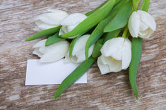 Ramalhete branco das tulipas e cartão vazio Fotografia de Stock