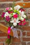 ramalhete branco e cor-de-rosa do casamento fotografia de stock royalty free