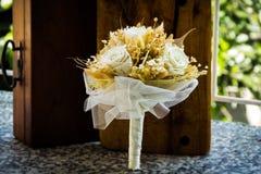 Ramalhete branco feito com rosas brancas Imagens de Stock