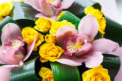 Ramalhete brilhante de orquídeas cor-de-rosa frescas e de rosas amarelas foto de stock royalty free