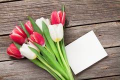 Ramalhete colorido das tulipas e cartão vazio Imagens de Stock Royalty Free