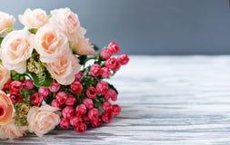 Ramalhete com as rosas cor-de-rosa das flores em um fundo rural claro Imagem de Stock