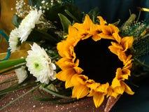 Ramalhete com girassol e as flores brancas fotos de stock royalty free