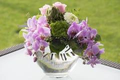 Ramalhete com orquídeas e rosas imagens de stock royalty free