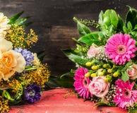 Ramalhete com rosas e gerbera sobre de madeira escuro Imagens de Stock Royalty Free