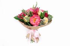 ramalhete com rosas, peônias, celosia, brunia e Veronica Fotografia de Stock