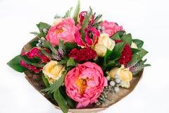 ramalhete com rosas, peônias, celosia, brunia e Veronica Foto de Stock