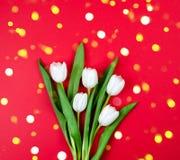 Ramalhete congratulatório das flores em um fundo vermelho postcard foto de stock royalty free