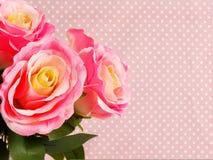 Ramalhete cor-de-rosa artificial da flor no às bolinhas cor-de-rosa com fundo da cópia do espaço Imagens de Stock Royalty Free