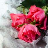 Ramalhete cor-de-rosa das rosas sobre o fundo branco Vista superior com espaço da cópia Imagens de Stock