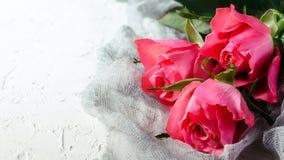 Ramalhete cor-de-rosa das rosas sobre o fundo branco Vista superior com espaço da cópia Foto de Stock