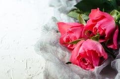 Ramalhete cor-de-rosa das rosas sobre o fundo branco Vista superior com espaço da cópia Fotografia de Stock