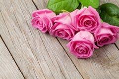 Ramalhete cor-de-rosa das rosas sobre a tabela de madeira fotos de stock