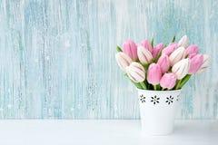 Ramalhete cor-de-rosa das tulipas no vaso branco na luz - fundo azul Fundo do feriado, espaço da cópia Valentine Day, dia de mães Imagens de Stock Royalty Free