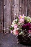 Ramalhete cor-de-rosa dos gillyflowers e do alstroemeria na cesta sobre Fotografia de Stock