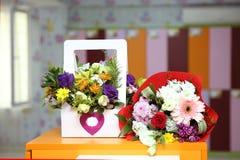ramalhete cor-de-rosa Multi-colorido para o 8 de março 8 de março calendário, ao lado das flores Foco seletivo O dia da mulher fe Foto de Stock Royalty Free