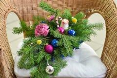 Ramalhete da árvore de Natal com decorações do Natal e cravos e rosas vivos imagens de stock royalty free