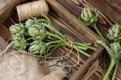 Ramalhete da alcachofra na caixa de madeira imagens de stock royalty free
