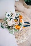 Ramalhete da flor da mola na placa Foto de Stock