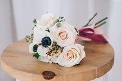 Ramalhete da flor da mola na placa de madeira Fotos de Stock Royalty Free