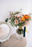 Ramalhete da flor da mola no vaso de vidro na tabela Foto de Stock Royalty Free