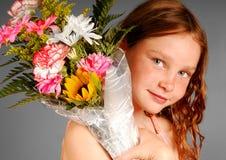 Ramalhete da flor da terra arrendada da menina foto de stock