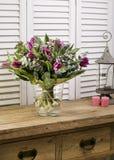 Ramalhete da flor do feriado em uma casa de madeira rústica da exploração agrícola Foto de Stock Royalty Free