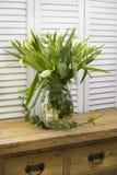 Ramalhete da flor do feriado em uma casa de madeira rústica da exploração agrícola Fotografia de Stock