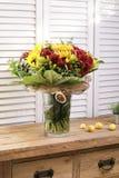 Ramalhete da flor do feriado em uma casa de madeira rústica da exploração agrícola Fotos de Stock