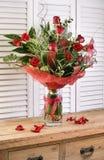 Ramalhete da flor do feriado em uma casa de madeira rústica da exploração agrícola Imagem de Stock Royalty Free