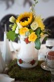 Ramalhete da flor em um vaso branco Imagens de Stock Royalty Free