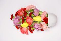 Ramalhete da flor em uma caneca azul Fotos de Stock Royalty Free