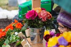 ramalhete da flor no lugar público do maypole fotografia de stock