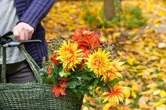 Ramalhete da flor no saco de compras Foto de Stock Royalty Free