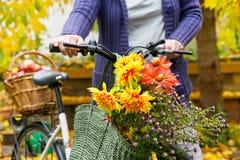 Ramalhete da flor no saco de compras Fotografia de Stock Royalty Free