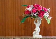 Ramalhete da flor no vaso cerâmico do cupido romano Imagens de Stock Royalty Free