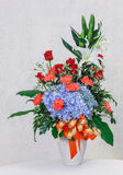 Ramalhete da flor no vaso cerâmico branco Imagem de Stock