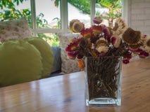 Ramalhete da flor seca da palha no vaso na tabela Imagens de Stock