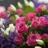 Ramalhete da mola da rosa do vermelho, lisianthus a para um casamento especial c Imagem de Stock