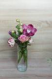 Ramalhete da mola das flores em um vaso de vidro Imagem de Stock