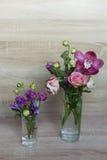 Ramalhete da mola das flores em um vaso de vidro Imagens de Stock