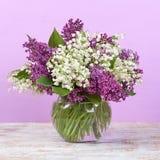 Ramalhete da mola Lírio do vale e do lilás em um vaso fotos de stock royalty free